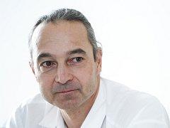 Tomáš Verner je renomovaným chirurgem. V minulosti mimo jiné působil jako primář v Mladé Boleslavi.