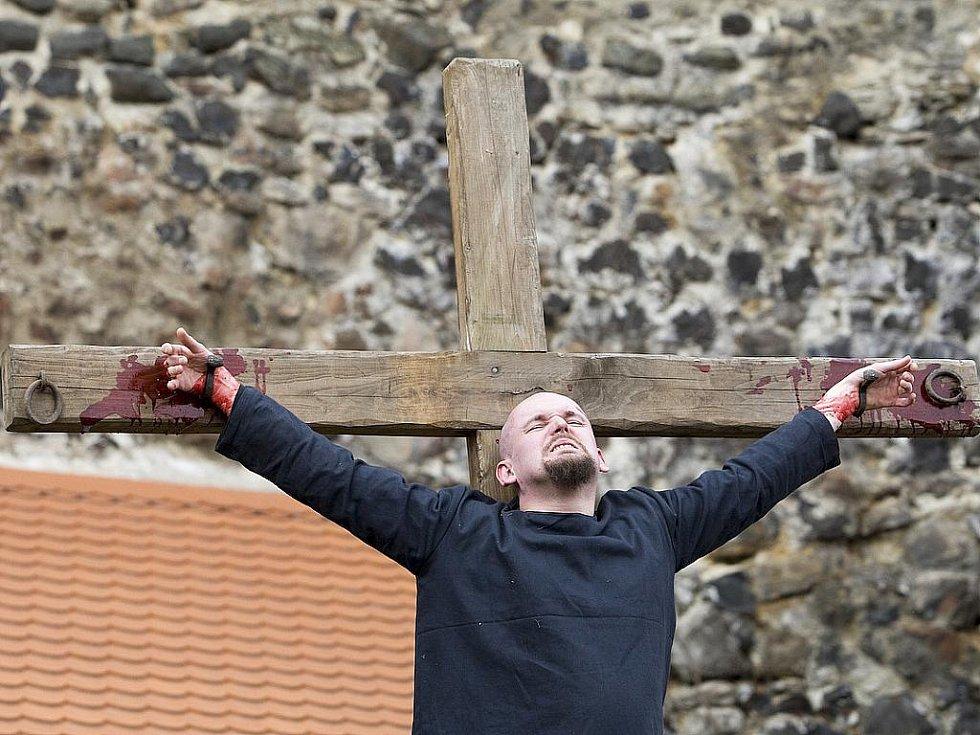 Pašijové hry, které každoročně na Bílou sobotu hostí vodní hrad Lipý v České Lípy, si ani v letošním roce nenechaly ujít stovky návštěvníků. Příběh o mučení a smrti Ježíše Krista předvedla skupinka místních ochotníků.