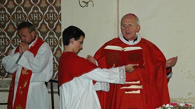Při česko–německé bohoslužbě znovu vysvětil kostel svatého Václava v Deštné litoměřický biskup Jan Baxant.