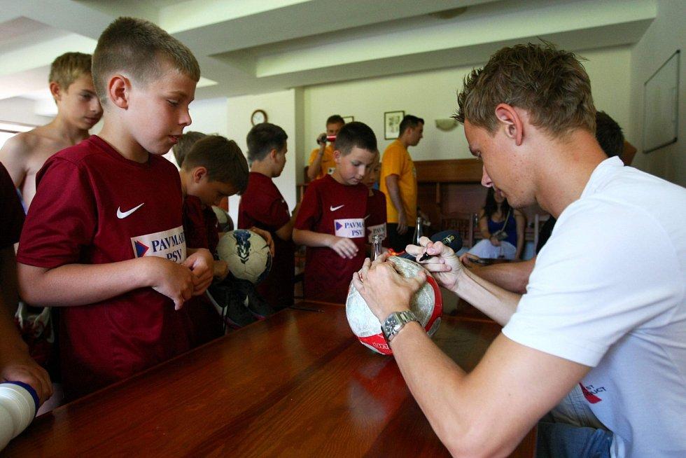 Jan Chramosta a Tomáš Fabián, ligoví hráči FK Mladá Boleslav, nejprve s hráči 2. turnusu pobesedovali, poté přišla na řadu autogramiáda a nakonec došlo na vzájemný souboj všech aktérů, který se odehrál na nově vybudovaném hřišti s umělou trávou.