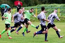 Frýdlant vyhrál v Kamenici 5:0. Domácí Miklovič zakončuje mezi Němečkem, Válkem, Pemlem a Drobným.