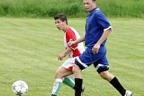 Zápas v Dolní Libchavě  patřil fotbalistům Tatranu. O jeden gól v síti domácích se postaral  Hetver ml., kterého hlídá Kukal (vpravo).