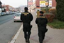 Těžkooděnci hlídají od úterý odpoledne v ulicích Nového Boru. Jjeich přítomnost má zabránit nepokojům.