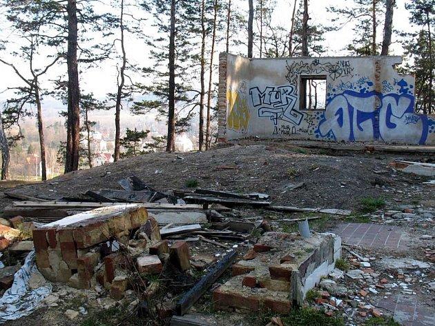 Tak vypadala bývalá chata Na Stráži koncem března 2007.Už brzy by se tu měla začít stavět nová výletní restaurace.