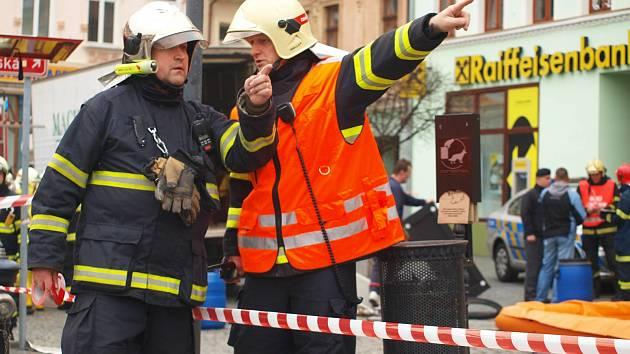 Hasiči a policie krátce po 11. hodině hlavní poštu uzavřeli, částečně evakuovali a povolali na místo speciální chemický tým.