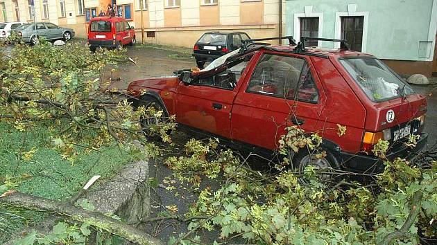 Blesková bouřka za sebou zanechala jen v České Lípě řadu popadaných stromů. Ulomené větve poškodily nan Škroupově náměstí favorit, řidiči se naštěstí nic nestalo.