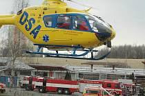 V areálu bývalého skladu Benziny vybuchla nádrž. Na místě zasahovali lékaři, hasiči i policisté. Pro zrněné přiletěly dva vrtulníky.