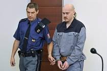 Devítiletý trest ve věznici se zvýšenou ostrahou uložil 12. prosince Krajský soud v Liberci šestadvacetiletému Petru Belančíkovi (vpravo), který v lednu v České Lípě pod vlivem drog brutálně ubodal svoji matku a babičku.