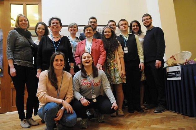 Studentka Alena Brabencová cestuje a pomáhá, kde se dá. Na snímku je se svými kolegy zAFS dobrovolnické skupiny Liberecko.