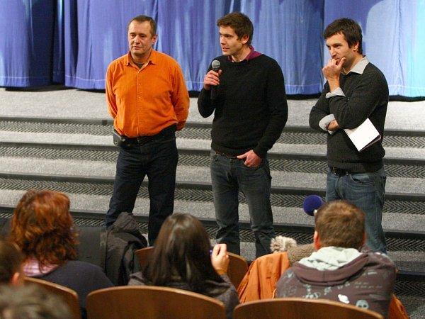 Snímek vNovém Boru uvedl režisér Jan Gebert (uprostřed).