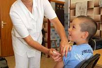 Černý kašel se nevyhýbá ani očkovaným dětem.