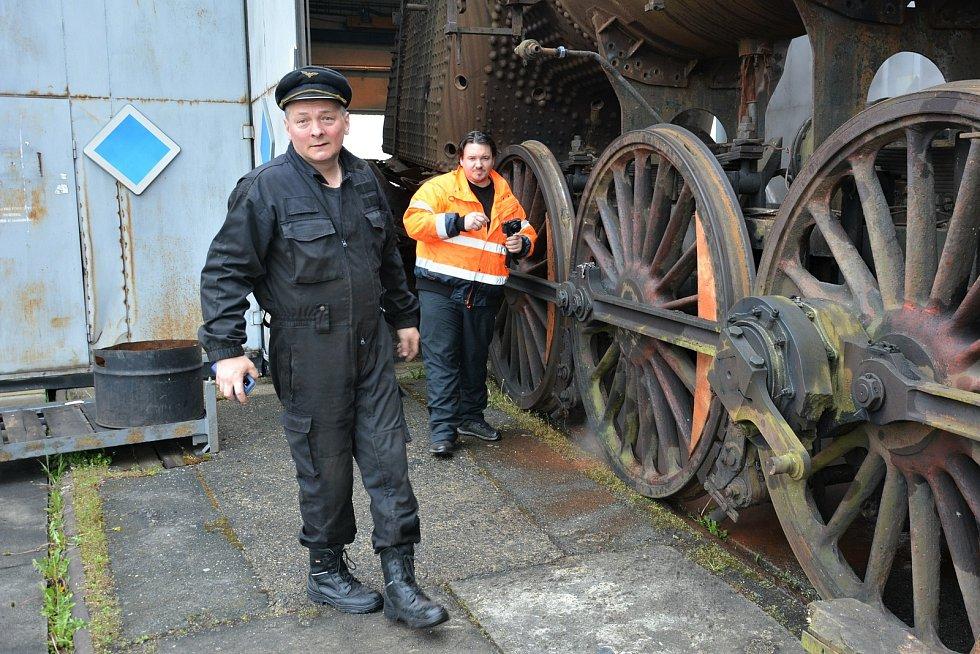 V Centru historických vozidel ČD v českolipském depu bylo v pátek 7. května rušno. Nadšenci zbavovali párou vzácný exemplář usazenin a rezu. Na snímku David Morc