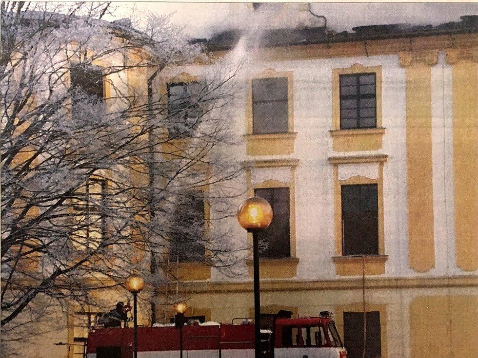 Na archivní fotografii hasiči už druhým dnem zápolí s požárem.