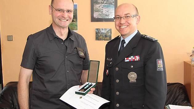 Velitel kontrolního oddělení při Celním úřadu Drážďany Michael Zimmermann (vlevo) převzal medaili policejního prezidenta od šéfa českolipské policie Petra Rajta.