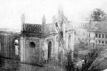 Synagoga v plamenech v listopadu 1938. Hasiči (na žebříku) požár napoprvé uhasili, nad ránem ale synagogu někdo znovu zapálil. Definitivně.