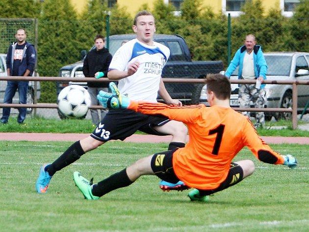 Zákupy - Loko Česká Lípa 0:4. Jakeš překonává českolipského gólmana Martínka, ale míč skončil vedle branky.
