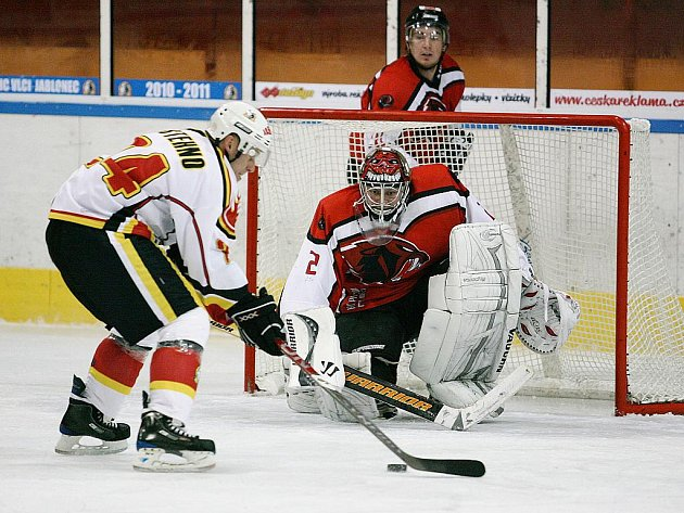 První bod v mistrovském utkání letošní sezony získali hokejisté České Lípy na ledě Jablonce. Stehno nevyzrál tváří v tvář na Holeše.