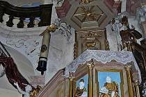 Oltář kostela v Horní Polici.