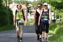 Cestu, která kopíruje poválečný pochod smrti pěti lidických žen z koncentračního tábora Ravensbrück, absolvuje Milena Městecká (vpravo) již potřetí.