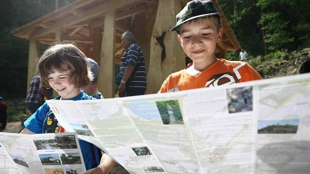 Součástí stezky je i vybudovaný vodní chrám, který vznikl na místě vykácených 140 let starých smrků, které musely k zemi. Jejich dřevo posloužilo na výrobu altánu a informačních tabulí. Děti z místní školy namalovaly obrázky na panely.