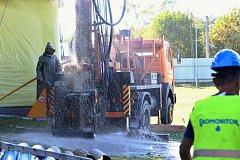 """Pažit v českolipské lokomotivě už nebude trpět suchem jako letos. Město nechalo za zhruba milion korun vyvrtat osmdesát metrů hlubokou """"studnu"""" kvůli zavlažování a dodávce užitkové vody."""