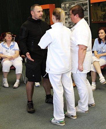 Policejní specialisté školí zaměstnance českolipské nemocnice, radí třeba ijak se ubránit útočníkovi se zbraní.