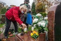 Dušičková neděle 1. listopadu na hřbitově v České Lípě