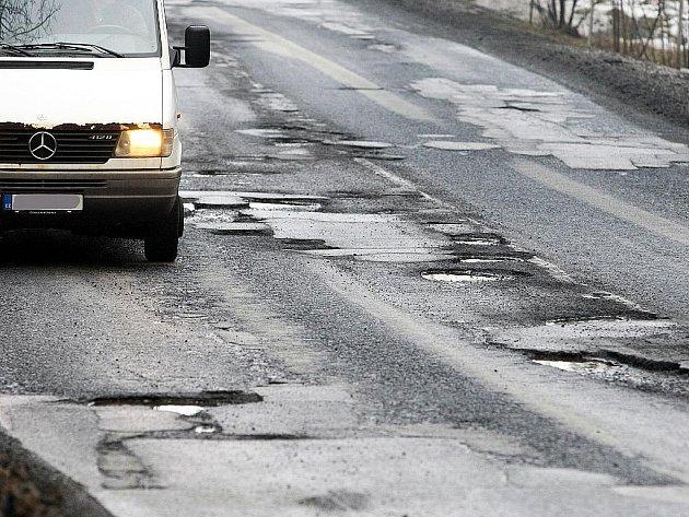 Zima ještě není u konce a některé silnice na Českolipsku jsou v hrůzostrašném stavu.