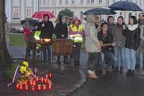 Zapálením svíček ve tvaru srdce, zpěvem státní hymny, písní Karla Kryla a položením květin u lavičky Václava Havla si lidé v Novém Boru v předvečer státního svátku připomněli výročí 17. listopadu.