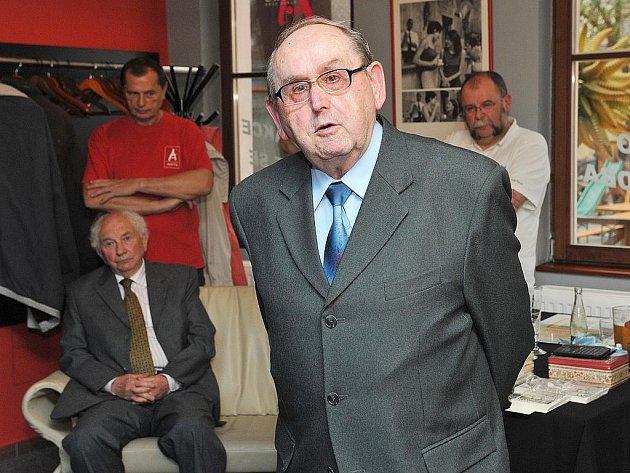 Autorem trilogie Dějiny Nového Boru je dlouholetý kronikář a učitel Vladislav Jindra.