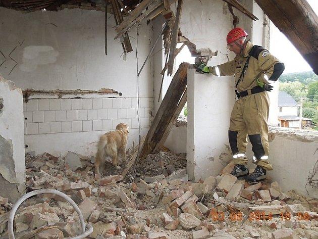 V Zákupech se propadla střecha, hasiči hledali, zda pod sutinami někdo nezůstal.