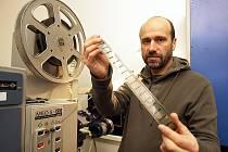 Provozovatel kina Antonín Nevole drží v ruce klasický filmový materiál, kterému již odzvonilo.
