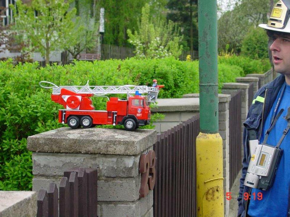 Fotografie z archivu Jiřího Suchardy, předsedy spolku Hasiči České republiky, z května 2001, kdy mezi Doksy A Ralskem vytvořili dobrovolní hasiči z celé ČR světový rekord v délce natažených hadic a dopravě vody.