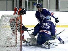 Domácí Preussler atakován Vrkoslavem se snaží překonat gólmana Blažka.
