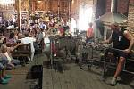 Podívat se na práci sklářů, vyzkoušet foukání do píšťaly nebo sledovat při práci zkušené sklářské mistry přišly v roce 2011 stovky návštěvníků.
