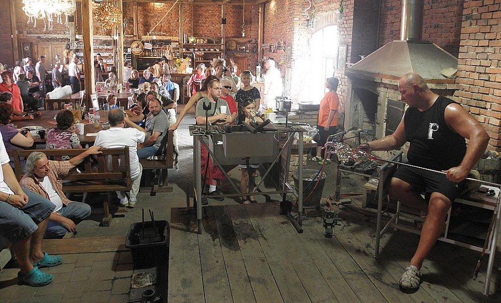 Podívat se na práci sklářů, vyzkoušet foukání do píšťaly nebo sledovat při práci zkušené sklářské mistry přišly během soboty a neděle stovky návštěvníků.