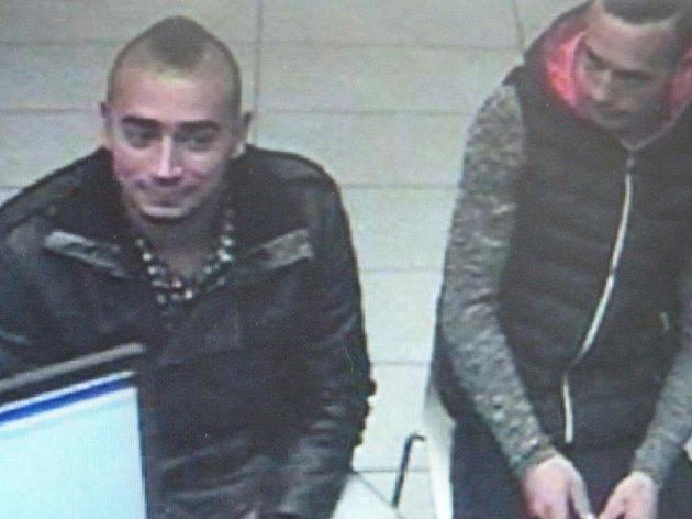Trojice mužů na fotografiích je podezřelá z podvodného prodeje automobilů. Jakékoliv informace přijme každá policejní služebna i známá linka 158.
