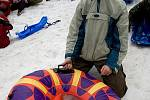 Dvě desítky jezdců - kamikadze se v sobotu odpoledne sešly na svahu Lipového vrchu v Prysku. Z kopce se pustili účastníci na nejrůznějších vozítkách, od křesla a kola po pneumatiky z traktoru nebo dokonce v gumové kanoi.