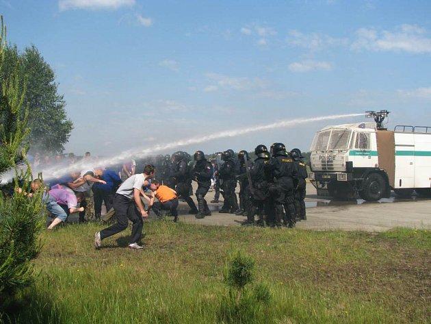 Policejní cvičení na hradčanském letišti u Mimoně
