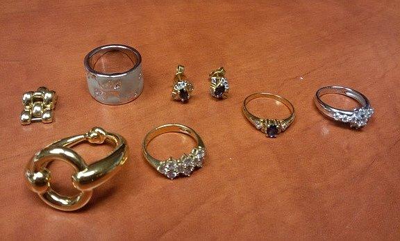 Neobvyklou nabídku zveřejnil Úřad pro zastupování státu ve věcech majetkových (ÚZSVM). Kprodeji nabízí 39šperků vcelkové hodnotě přes 2miliony korun.