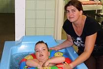 Velkou výhodou pro rodiče malých klientů Centra pro zdravotně postižené Libereckého kraje je, že dítě není samo a po ruce má asistentku.