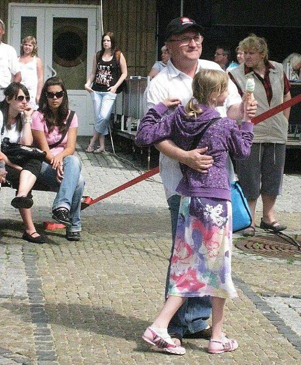 V pondělí odpoledne na prostranství mezi obchodními domy zněl zpěv, hudba a také se tu tančilo.