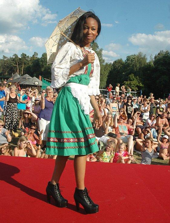 Dvaatřicet dívek, ale i jedenadvacet mužů se v úterý představilo v Doksech u Máchova jezera na show, která uzavřela víkendové klání o nejkrásnější neslyšící dívku i muže.