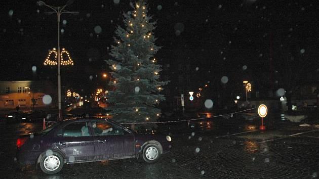 Nakloněný vánoční strom