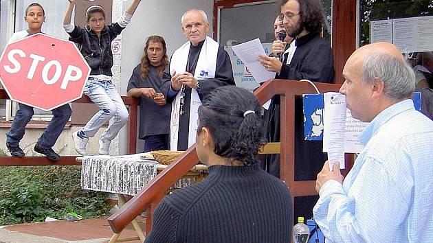 Shromáždění v Severní ulici se zúčastnili i kněz František Lízna a farář Mikuláš Vymětal.