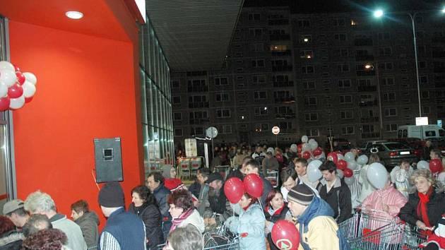 Nával lidí před nově otevřenou prodejnou Spar v České Lípě
