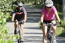 Na trase mezi Veselím a Hradčany musí cyklisté počítat s tím, že tu mohou narazit na auto. Přes Hradčanský les jedou po účelové komunikaci.
