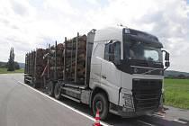 Přetížené kamiony brázdí silnice kraje.
