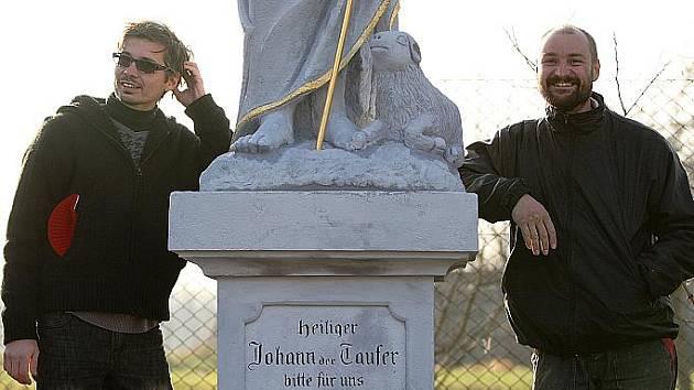 Novotou nyní září sochy stojící na začátku památkové zóny v Zákupech.