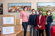 Zástupci vietnamské komunity v České Lípě předali městu a obyvatelům 800 kusů ručně šitých roušek